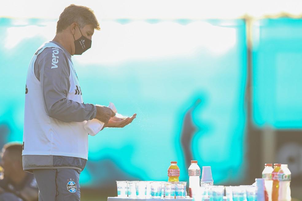 Renato Gaúcho usa álcool em gel no treino do Grêmio — Foto: Lucas Uebel / Grêmio FBPA