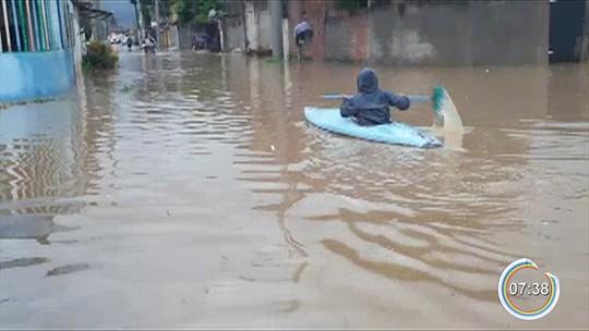 Chuva deixa desalojados e faz moradora usar caiaque em rua alagada no litoral norte de SP