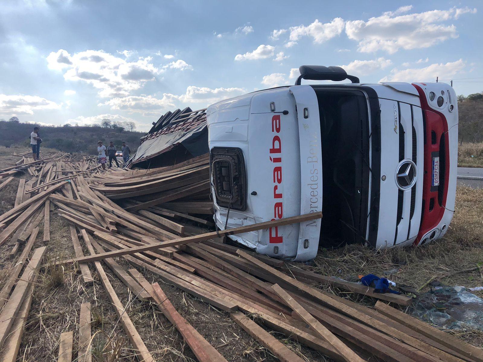Três pessoas ficam feridas após caminhão tombar na BR-230, em Campina Grande