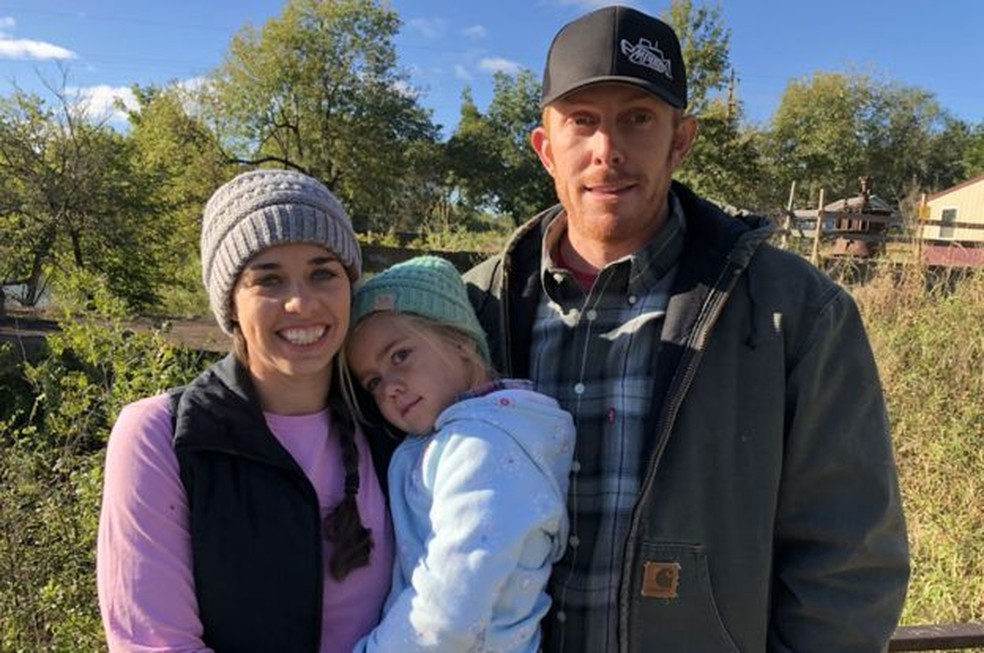 Kalena e Billy Bruce, com a filha Willa, em seu rancho em Ozarks, nos EUA — Foto: BBC