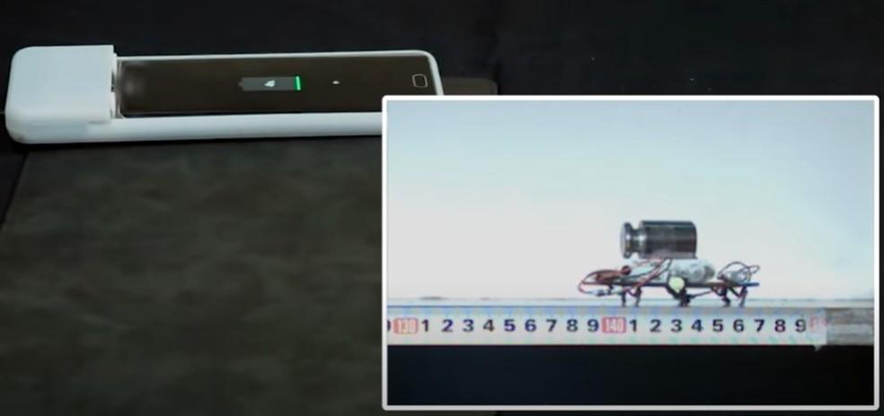 Robô CaseCrawler move o celular até o carregador — Foto: Reprodução/SNU BioRobotics Lab