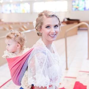As fotos da noiva com sua bebê no sling chamaram a atenção no mundo todo (Foto: Laura Schaefer)
