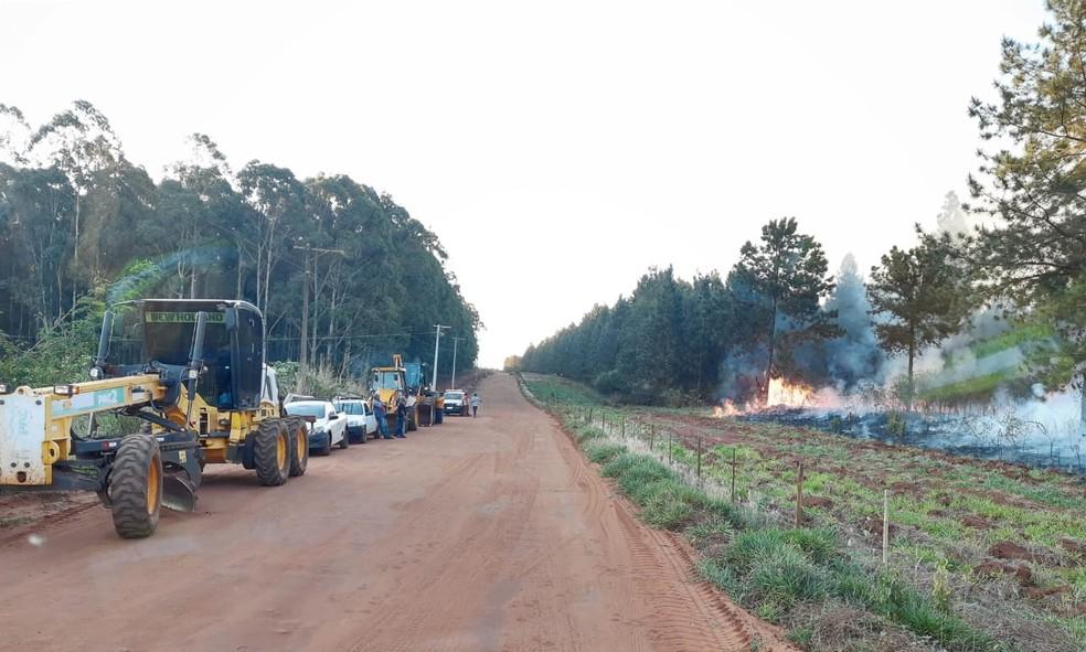 Tratores e caminhões da prefeitura de uma usina da cidade ajudaram no combate às chamas  — Foto: Corpo de Bombeiros/Divulgação
