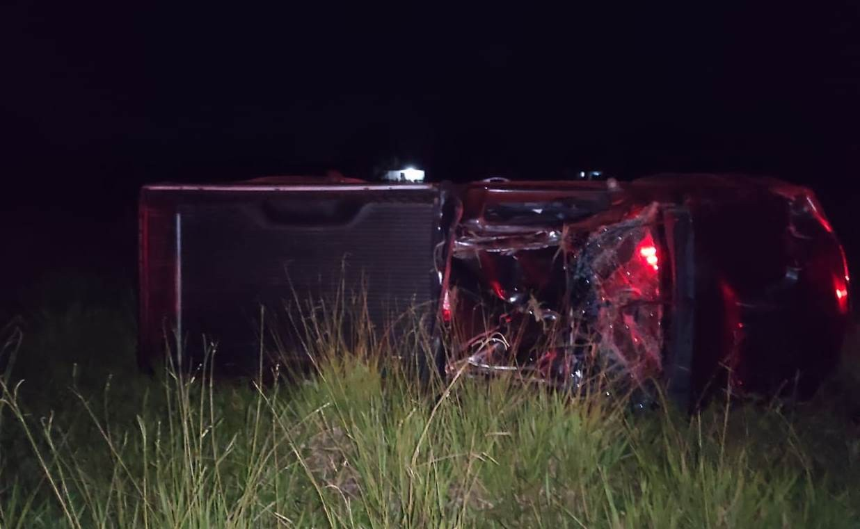Motorista é arremessado para fora de caminhonete e morre após capotar veículo na PR-182, diz PRE