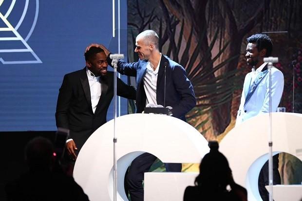 Guga recebe o prêmio de Lázaro Ramos (Foto: Roberto Filho)
