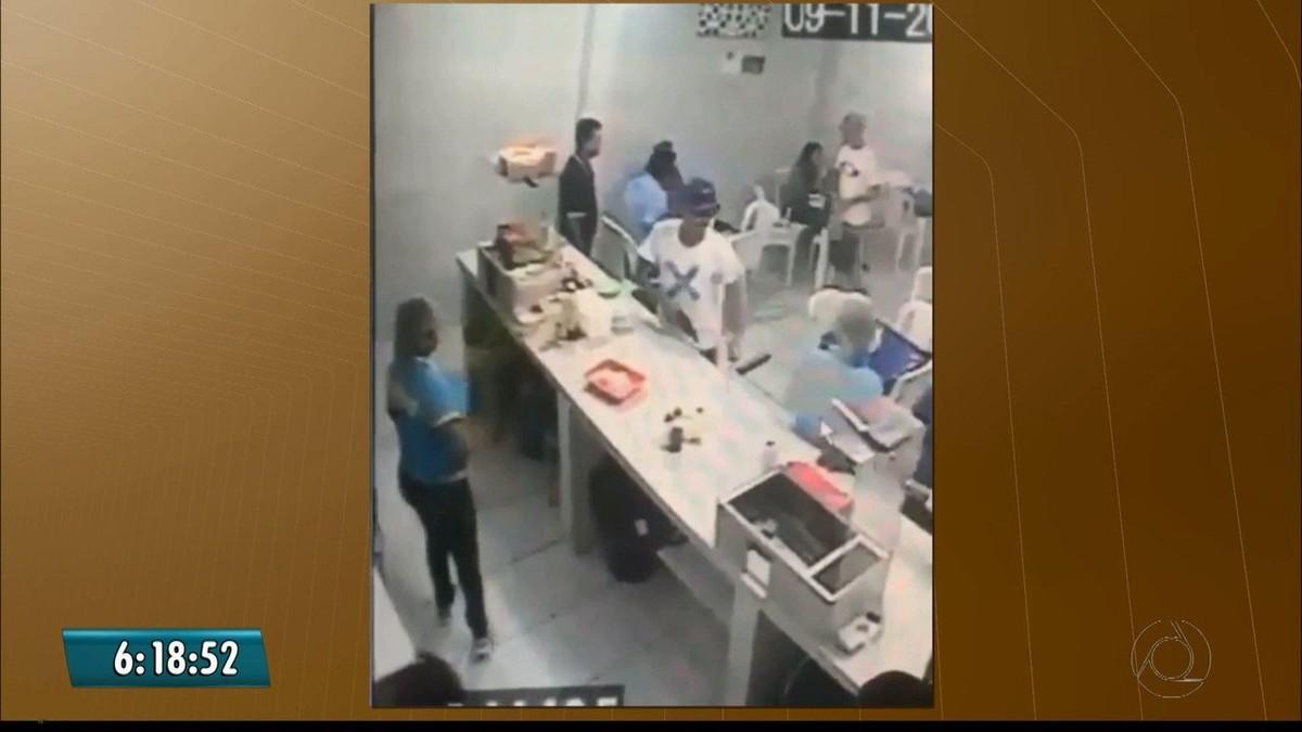 Vídeo mostra assaltantes roubando clientes e caixa de lanchonete em João Pessoa