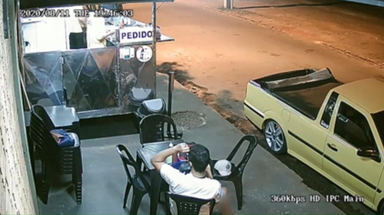 Câmera flagra cliente arrancando cabelo e colocando em lanche antes de reclamar a vendedor: 'Perdoo, mas é lamentável', diz comerciante