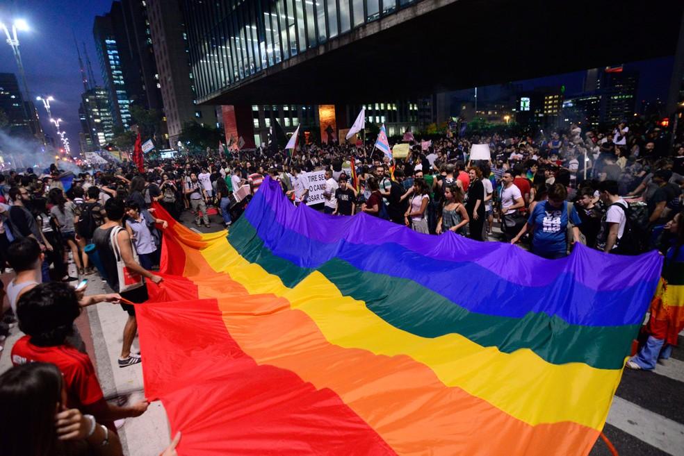 Manifestantes seguram bandeira do orgulho LGBT em frente ao Masp (Foto: Cris Faga/Fox Press Photo/ Estadão Conteúdo)