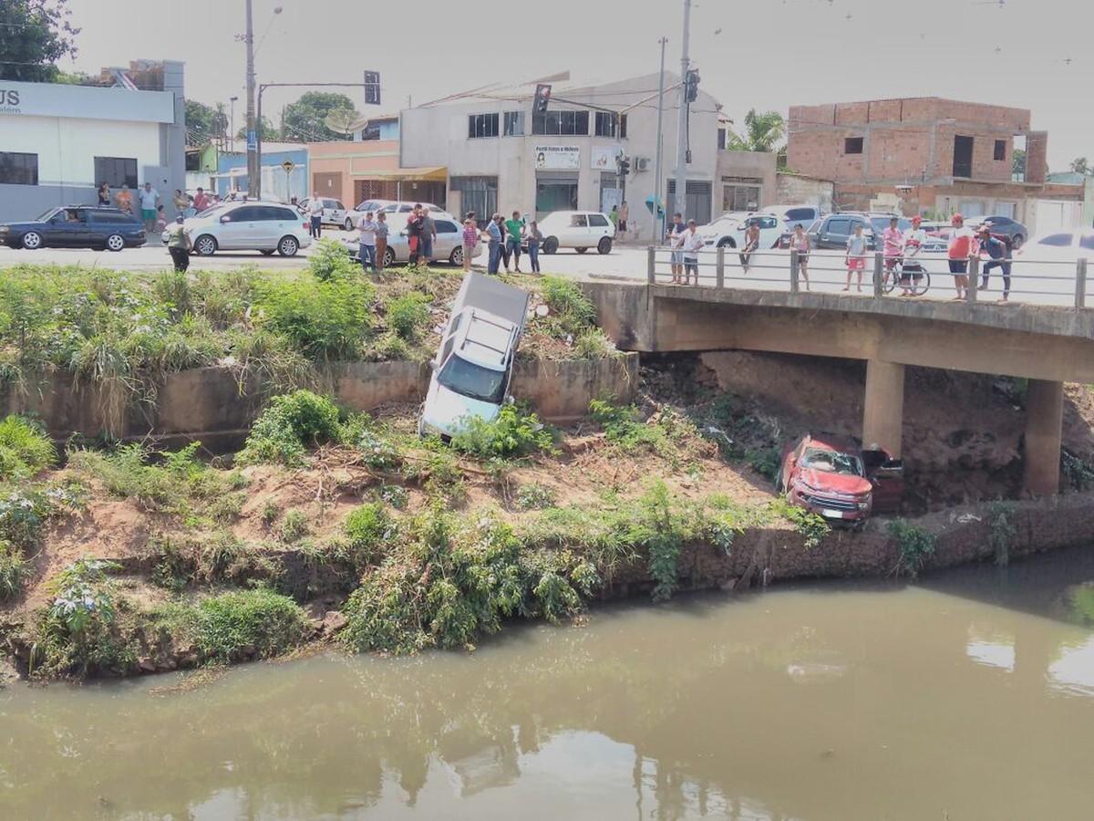 Picape e caminhonete param às margens de rio após colisão em Campo Grande