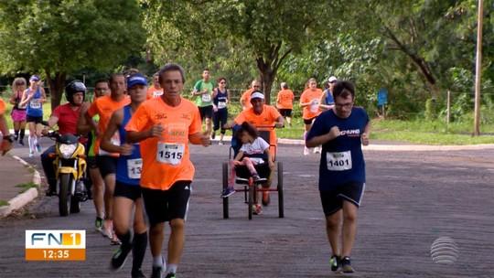 Atleta empurra cadeira de rodas da filha com paralisia cerebral por 6km e completa corrida de rua