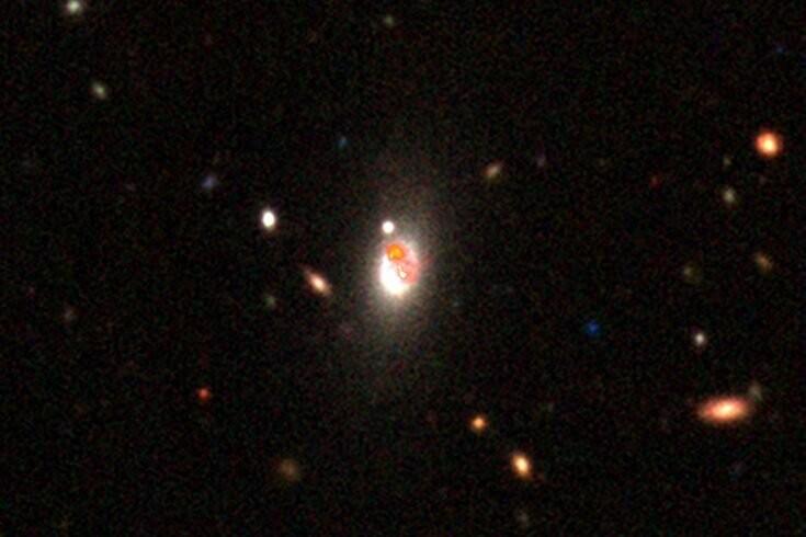 Uma imagem mostrando como é a emissão de rádio em alta resolução do LOFAR, usando uma galáxia de Morabito et al. (2021). A resolução melhorada significa que podemos ver todos os detalhes do jato. (Foto: L.K. Morabito/DESI Legacy Imaging Surveys)