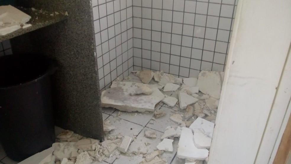 Teto de banheiro desabou sobre paciente e acompanhantes no Hospital Deoclécio Marques, em Parnamirim, na Grande Natal — Foto: Cedida