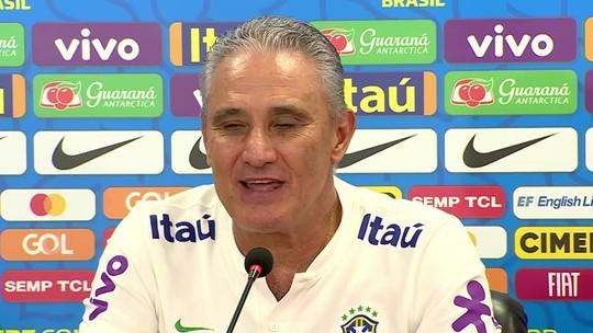 """Tite arrisca inglês, afaga Rivaldo e fala de jejum: """"Neste momento de pressão é que precisa de técnico"""""""