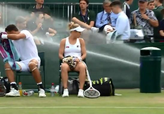 Dupla mista é surpreendida com chuva na quadra em Wimbledon
