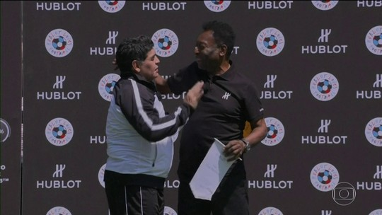 Pelé e Maradona se encontram em Paris e trocam elogios