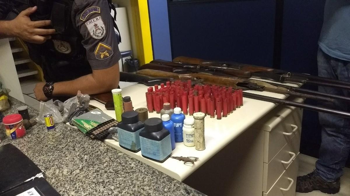 Homem é detido com espingardas e munição em Conceição de Macabu, no RJ