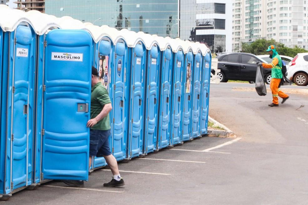 Banheiro químico instalado em rua (Foto: Toninho Tavares/Agência Brasília)