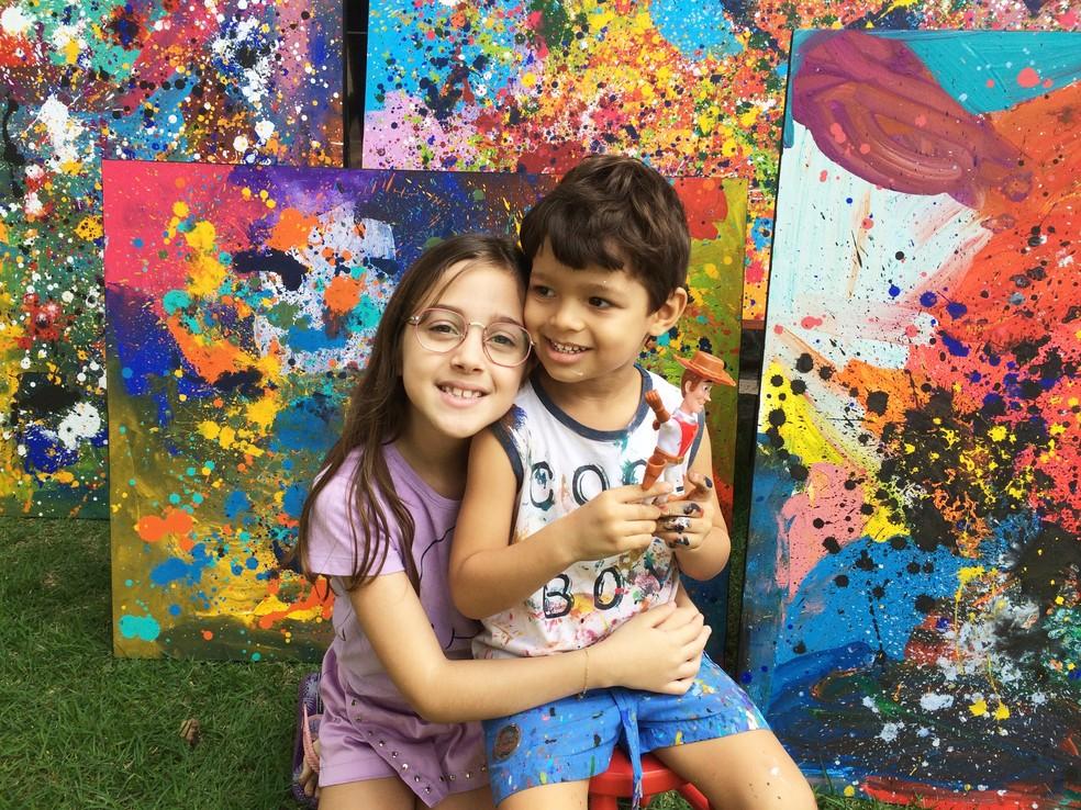 Mateus Rosa, de 3 anos, com a prima Mariana, de 8 anos, em Campina Grande  — Foto: Érica Ribeiro/G1