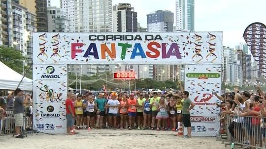 Fantasiados participam de corrida de 5 km na orla de Balneário Camboriú