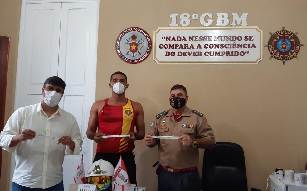 José Carlos, diretor executivo da Prolagos, Capitão Yelsin e tenente-coronel Torres, comandante do 18ºGBM. — Foto: Divulgação/Prolagos