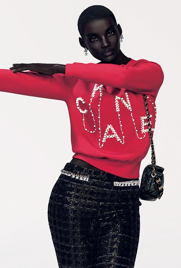 Tricô, calça, brincos, bolsa e sapatos, tudo Chanel. (Foto: The Diigitals e Studio Acci)