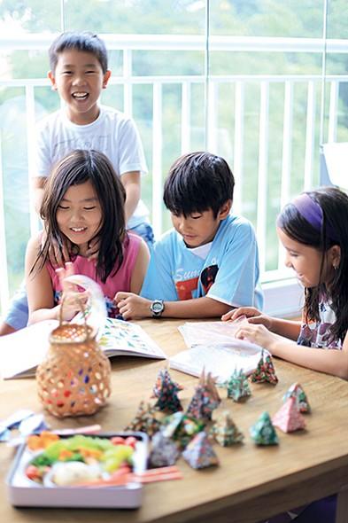 A lembrancinha mais divertida é a que as crianças ajudam a produzir. Deixe alguns papéis e um livro com instruções para origami que a farra e os brindes estão garantidos