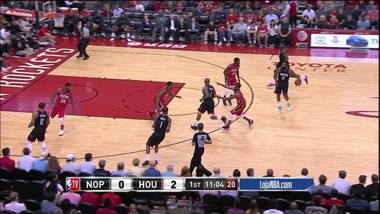 Harden dá passe pelas costas para Capella fazer a cesta. Pelicans 0 x 4 Rockets