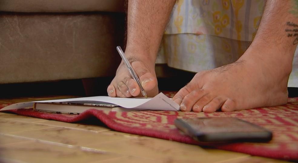 Thiaguinho escreve com o pé por causa da deficiência — Foto: Reprodução/TV TEM
