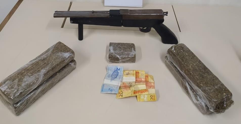 Jovem é detido após ser encontrado com tabletes de maconha e arma de fogo em Ponta Grossa, diz PM