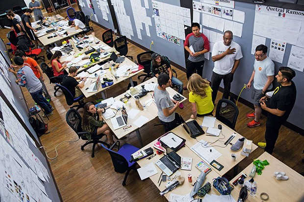 Students listen to D'Wayne Edwards, third from right, as he gives advice during the WSC workshop at Pensole Footwear Design Academy in Portland, on Tuesday, Aug. 5, 2014. The school, founded in 2010 by D'Wayne Edwards, former footwear design director for  (Foto: Marcus Yam)