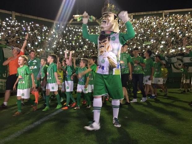Mascote e crianças da cidade dão a volta no gramado na Arena Condá durante a cerimônia na noite de quarta-feira (30) (Foto: Diego Madruga/GloboEsporte.com)