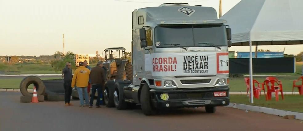 Manifestação na MT-358 em Tangará da Serra (Foto: TV Centro América/ Reprodução)