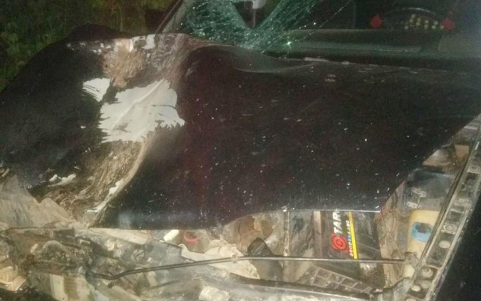 Carro teve frente destruída (Foto: Site Bahia10/Rodrigo Maia)