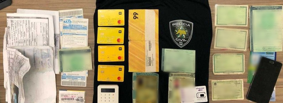 Documentos, maquinetas e cartões de empresa de transporte de passageiros foram achados nas casas dos investigados, na Grande Natal — Foto: Polícia Civil/Divulgação