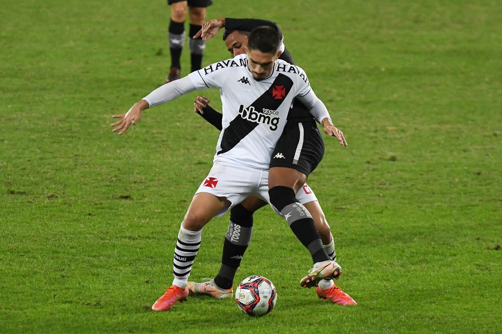 Andrey voltou ao time titular contra o Botafogo. Troca de volantes é constante no Vasco — Foto: Alexandre Durão