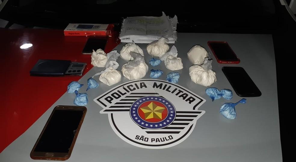 Na casa dos suspeitos foram encontradas drogas e utensílios usados no tráfico Marília — Foto: Polícia Militar/Divulgação