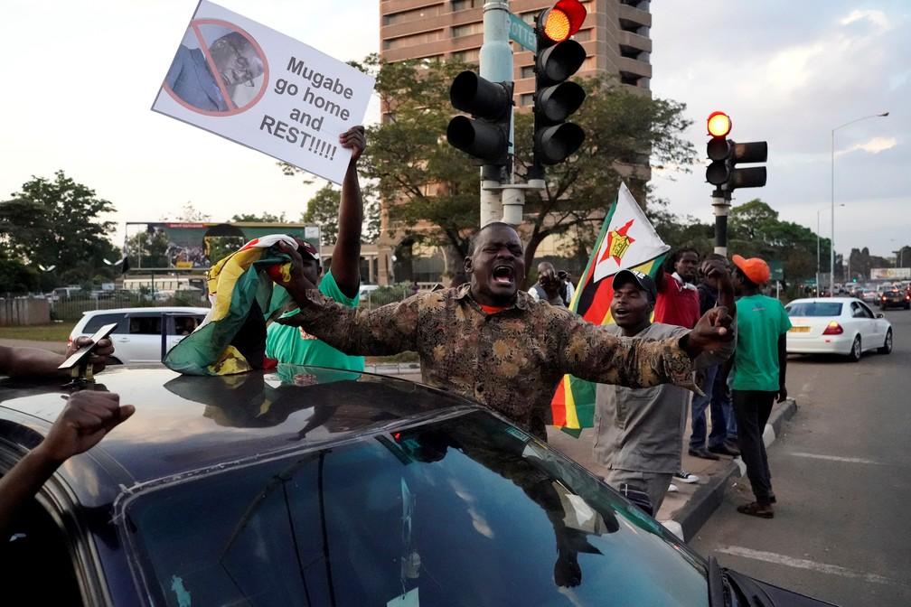 Pessoas comemoram na rua da capital do Zimbábue a renúncia de Robert Mugabe (Foto: MARCO LONGARI / AFP)
