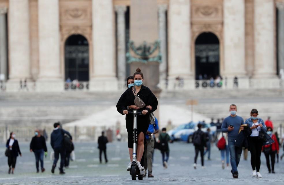 Pessoas usando máscaras nas ruas de Roma durante a pandemia de coronavírus na Itália — Foto: REUTERS/Guglielmo Mangiapane