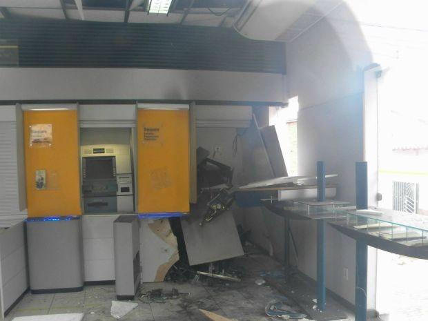 Grupo armado chegou em caminhonete e explodiu cofre de agência bancária (Foto: João de Souza Brito / Ascom Prefeitura de Pau Brasil)