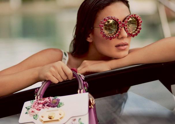 Isabela usa vestido (R$ 8.100), bolsa (R$ 21 mil) e óculos de sol (R$ 5.000). Todas as peças são da coleção pre-fall 2018 da Dolce & Gabbana (Foto: Greg Swales)