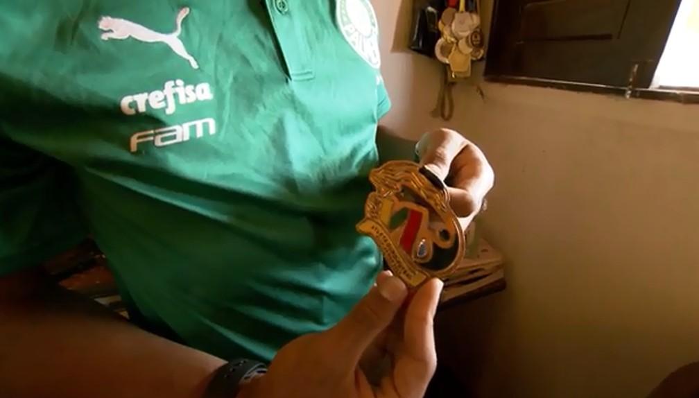 Gabriel Veron mostra a medalha de craque do JERNs 2014, a primeira grande conquista — Foto: Jordi Bordalba
