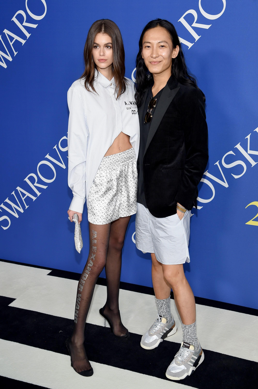 A jovem modelo Kaia Gerber, filha de Cindy Crawford, com sua cueca samba-canção e o estilista responsável por seu visual (Foto: Getty Images)