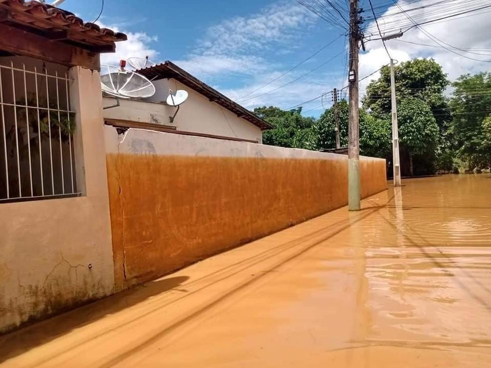 Marca de lama no muro mostra altura que a água chegou após cheia do rio Carangola, em Porciúncula, no RJ — Foto: Divulgação/Prefeitura de Porciúncula