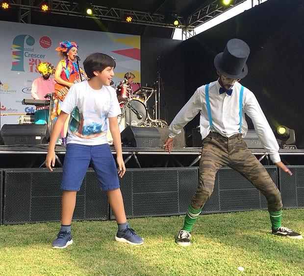 Pedro Henriques Motta, o Pippo do D.P.A., dança com Tio Lazanha no show de Iaiá e os Erês no Festival Crescer 2018 (Foto: Fernando Taliba)