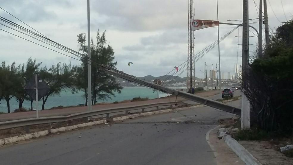 BMW colidiu contra o poste e derrubou a estrutura sobre a Via Costeira, em Natal (Foto: Sérgio Henrique Santos/Inter TV Cabugi)