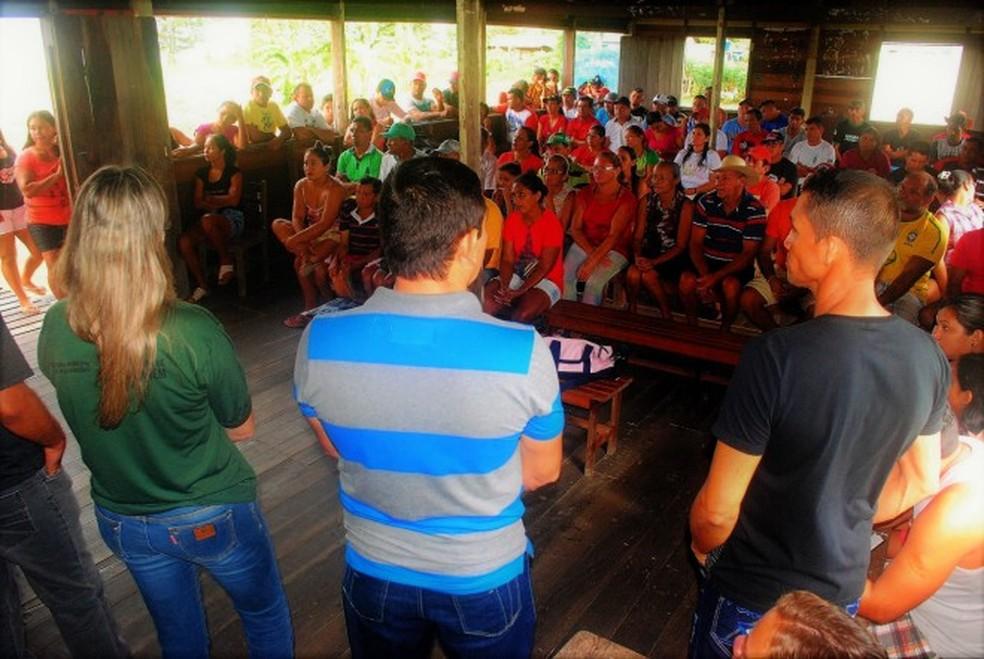 -  Representantes de vários órgãos se reuniram com comunitários da região para debater o que poderia ser feito para evitar a pesca predatória.  Foto: Jú