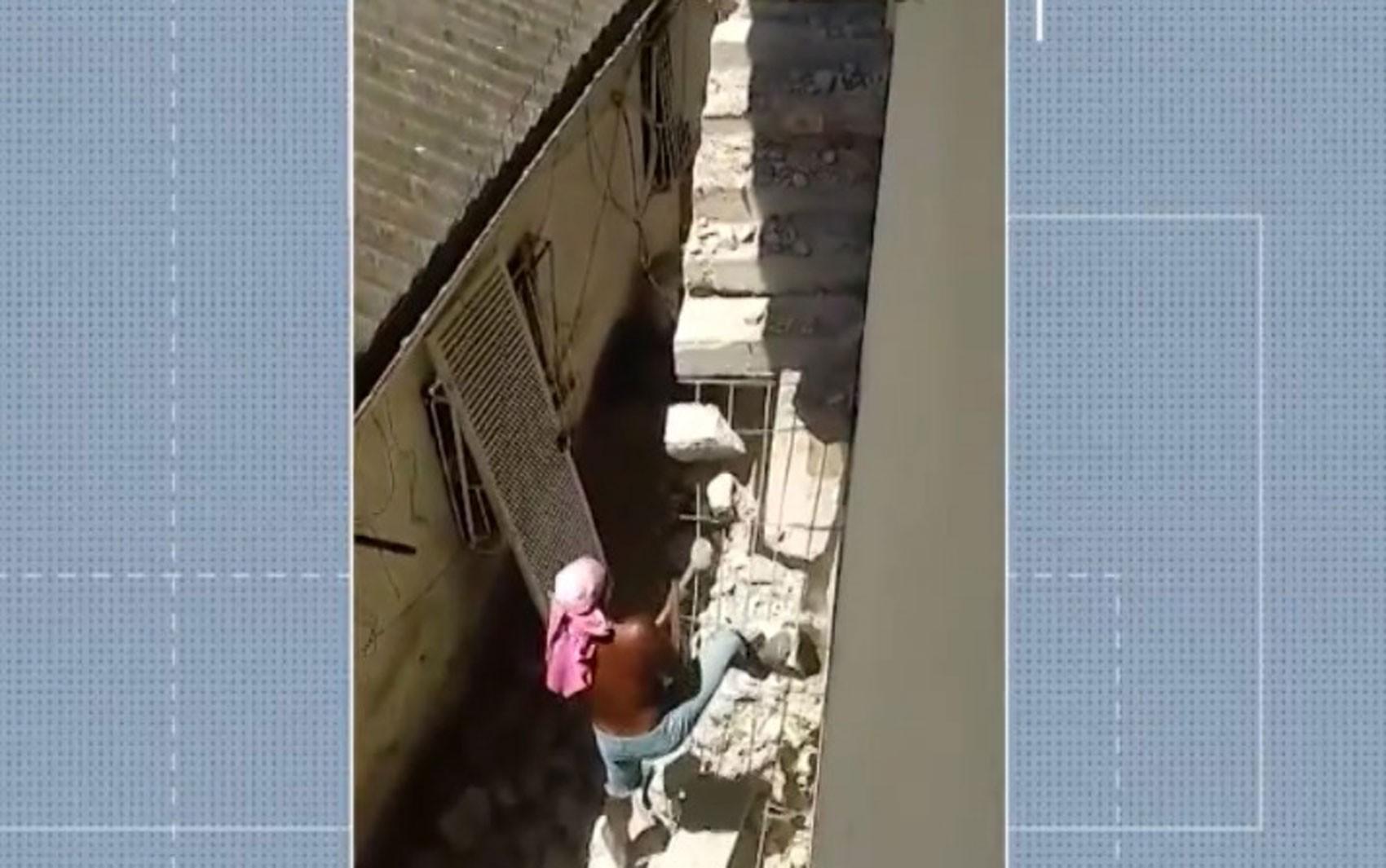 Idosa está há quase um ano 'presa' dentro de casa após vizinho demolir escada de acesso ao imóvel no sul da BA
