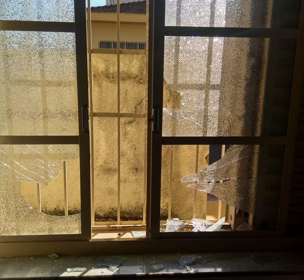 Mulher quebrou as vidraças de duas janelas do Conselho Tutelar de Franca, SP (Foto: Conselho Tutelar de Franca/Divulgação )