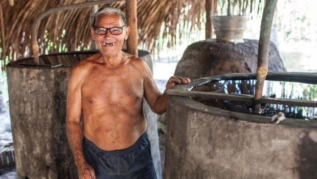 Raimundo Ferreira Lima foi quem ensinou seu filho Leonardo a preparar a bebida (Foto: Dubes Sonego Junior/via BBC News Brasil)