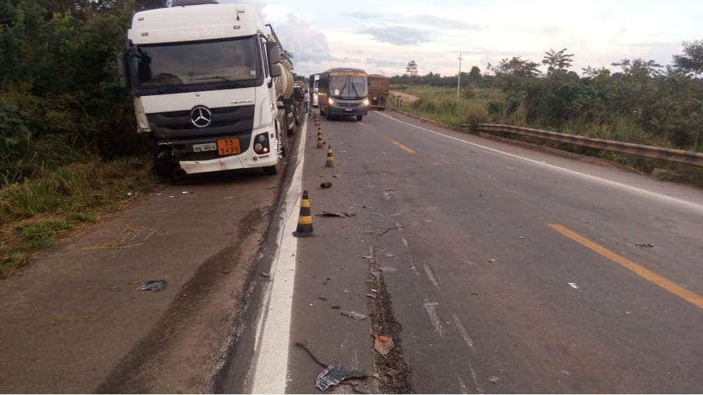 Vítima não conseguiu terminar ultrapassagem a tempo e rodou na pista após colidir na roda de carreta  (Foto: Carlos Alberto Pereira/Arquivo Pessoal)